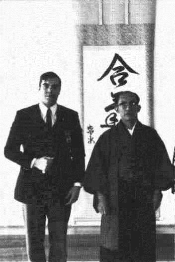 Mestre Georges Stoabbaerts no Aikikai de Tóquio em companhia de M. Kisshomaru Ueshiba